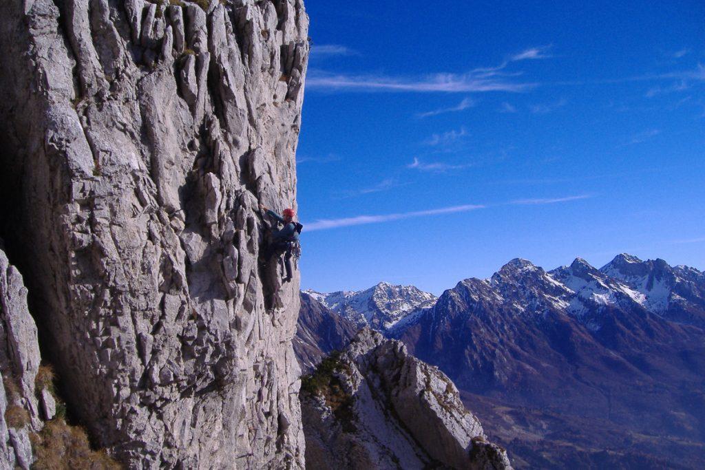 Alpinista in azione sul Monte Dolada